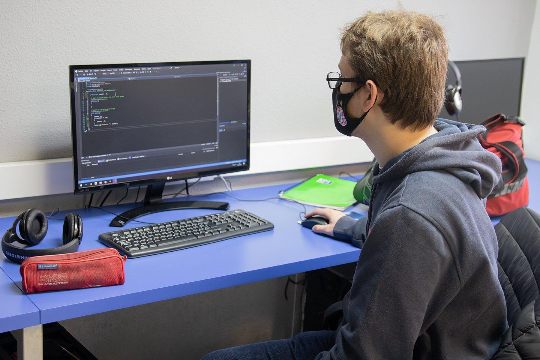 Los alumnos de CPA Salduie vuelven a las clases sin incidencias - alumno en ordenador